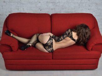 ソファで横になる女性
