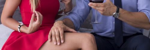 女性の腿を触る男性